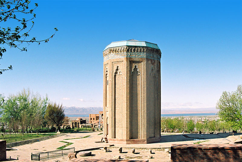 Azerbaijani Turkish Russian translations - Mausoleum Momina Khatun qween. Nakhchivan